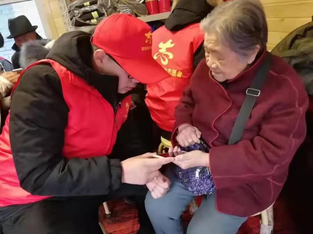 石家庄<a href='http://www.tljixiao.com/tldz/' target='_blank'><u>铁路技校</u></a>学生志愿活动教老人玩手机